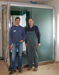 Ferdinand jun. und Ferdinand sen. Gramiller vor dem fertiggestelltem Bad in Modulbauweise.